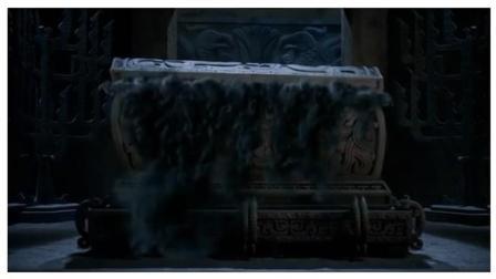 《盗墓笔记》小说里张起灵为什么要对一个铁棺下跪磕头? 里面是谁?