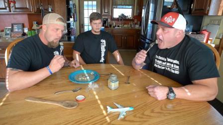 三个老外围在一起试吃中华美食  臭豆腐, 好东西就是学会要一起分享!