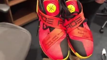 NBA热火与爵士赛后, 科沃尔晒韦德球鞋, 他只向科比和韦德要过鞋
