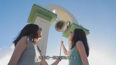 俩美女来到了关岛的情人崖,为我们讲述了一段美丽的爱情传说!