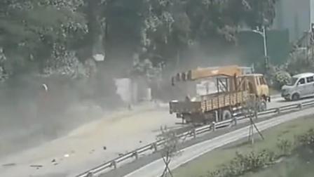 """""""杀人于无形"""", 自行车男子和大货车司机无辜遭殃, 太可怕了"""