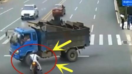 摩托车小伙作死一路狂飙, 十字路口一头扎进大货车轮胎下, 这精彩了