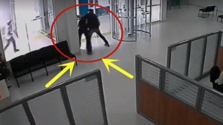 愚蠢男子独自抢劫, 却不料遇上霸气军人保安, 下一秒果然惨剧了