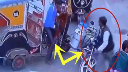 摩托车小伙竟然当众欺负送奶男子, 几秒后路人都看不下去了
