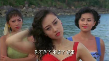 四千金: 利智穿着红色的泳衣躺着沙滩上, 可谓风情万种