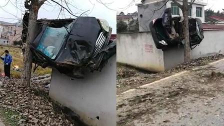 "D1资讯 第一季 宁乡一轿车遭遇车祸 ""飞""上围墙被树卡住"