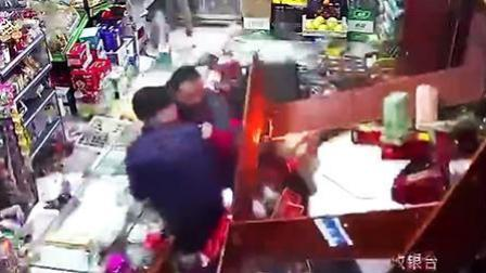 司机疑酒驾冲进超市 2人躲闪不及遭撞