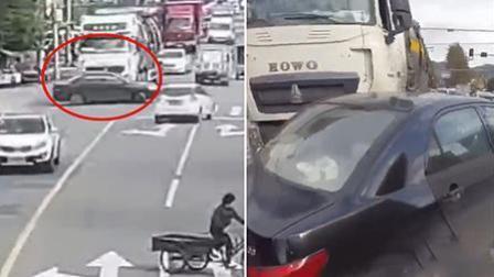 """惊险! 轿车和大货车抢道""""生猛""""女司机被顶出数米远"""