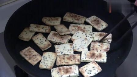 风味人间: 一碗面粉两把黑芝麻, 不用烤箱不用油炸, 做出酥脆好吃的小零食!