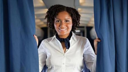 为什么飞机起飞后, 空姐会把头等舱布帘拉上, 她们在后面做什么?
