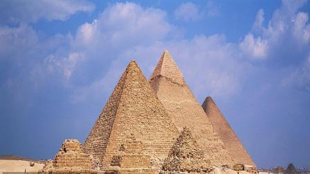 为什么埃及金字塔严令禁止攀爬? 这小伙爬上去一看全明白了