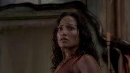 美女逃避巨蟒的追杀,好不容易躲进卧室里,没想到里面竟是蛇窝