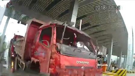 瑟瑟发抖! 货车挡风玻璃全无 司机寒风中开了70公里