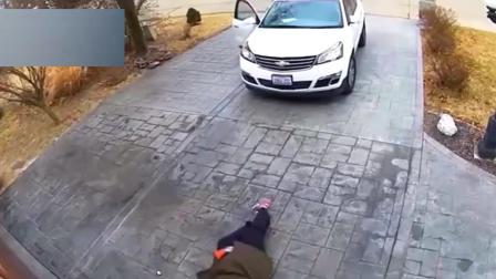 这位车主的车位选的不太好, 一个地方连续摔倒这