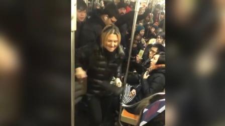 美国妇女地铁上无端攻击亚裔女子 疑种族主义被警方逮捕