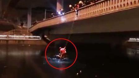 北京一男子落入冰河中 消防队员滑索救援