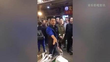 谢霆锋和潘玮柏厦门市场买海鲜, 认真挑选的样子超接地气