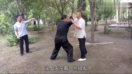"""小伙和六旬大爷过招, 大爷仅用一招""""形意拳"""", 就把小伙撂倒了!"""