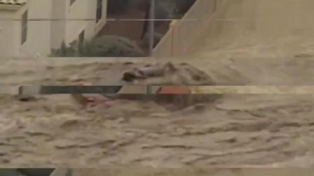 台风过后洪水来袭, 仔细一看车顶上还有美女?