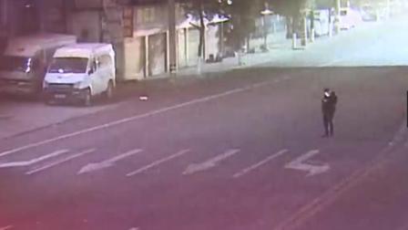 国内近期车祸合集 第三百七十六期 (男子在马路中间玩手机, 被撞身亡! )