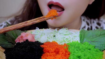 美女吃3色飞鱼籽, 大口吃下发出咯吱声, 光听声音简直是声控福利啊