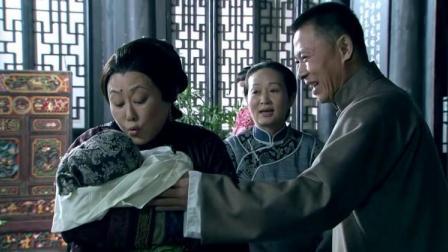 正室生了个女儿,婆婆高兴的抱着孙女不放手,一旁的儿子都急了