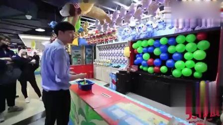 张艺兴在游乐场玩嗨了, 扎气球这么准还要飙车夹娃娃