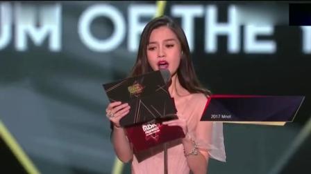 杨颖为韩国男团颁奖, 举止太优雅了艳压群星