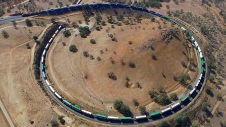 这辆火车全长7353米, 是普通火车的3倍, 行驶时能绕小山1圈!