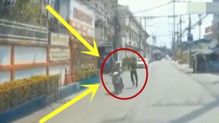 小伙一脚踹下去, 估计摩托车男子小命都不保, 监控记录惊险画面