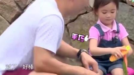 爸爸回来了: 嗯哼和甜馨出游居然偷偷kiss, 贾乃亮在后面表情复杂