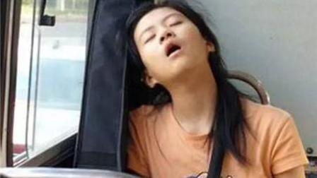 美女在公交车上打盹儿, 睡太熟直接倒栽葱, 差点摔在小伙子身上