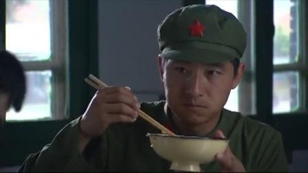 大校的女儿:女兵怕男兵吃不饱把饭给他吃,男兵看女兵的眼神有戏