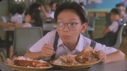 男孩好心让别人先打饭,不料人家买走最后的鸡腿饭,男孩尴尬了!