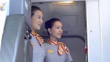 犯人坐飞机,空姐无意看到他手铐拿毯子给他,犯人下飞机向她鞠躬