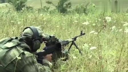 牛人用PKM机枪外挂弹链盒进行战术射击训练, 满满