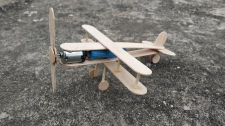 小C两分半教你用雪糕棍如何DIY制作双翼螺旋桨飞机!