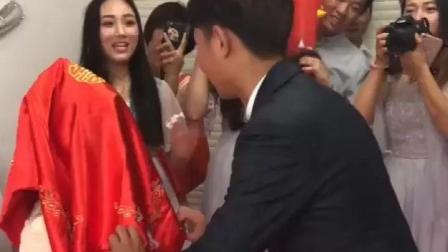 新郎小心翼翼的掀开了新娘的红盖头, 结果新郎被吓得不敢洞房!