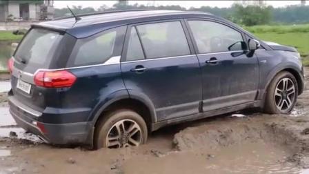 印度三哥的塔塔汽车陷入了坭坑里, 看看他能否成功脱困