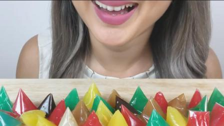 微笑姐吃泰国超流行糖果, 五彩缤纷味道各异, 网友: 红色是什么味道?
