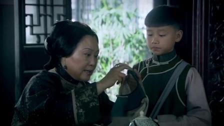 婆婆剛說完兒媳針腳一般,結果孫子一進來立馬夸兒媳衣裳做得好
