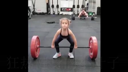 你可能连5岁的小女孩都不如, 健身是她生活的一部分, 时间见证了她一身的马甲线