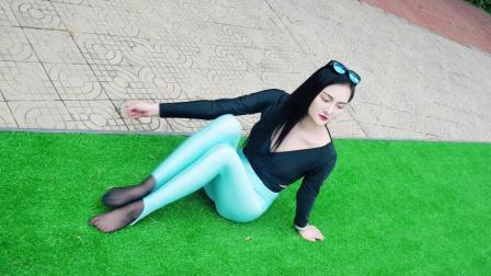天蓝色健美裤泳池show