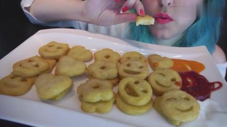 美女吃笑脸饼干, 不说话, 发出的咀嚼声音特别大