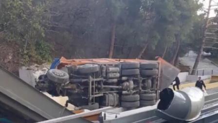 卡车失控坠落山下游乐园 司机瞬间跳车保命