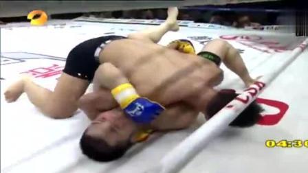 韩国拳手怒视杨建平, 被中华虎扔出擂台暴打, 看得观众热血沸腾!