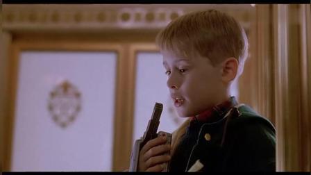 《小鬼当家》小男孩孤身一人来到酒店, 用录音机变音成功预订酒店房间