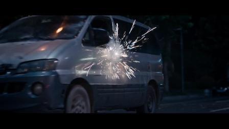 三帮人在街头火拼, 面包车质量太好了, 冲锋枪怎么打都打不烂