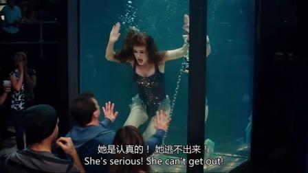 美女水箱逃脱失败,被一群人食人鱼袭击!观众反应过来时已经晚了