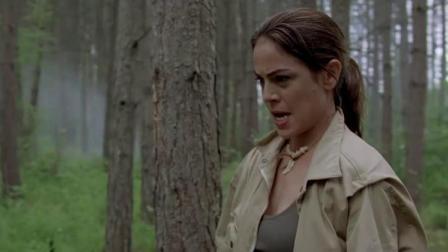 女猎人拿起手枪把巨鳄了,刚松口气,结果旁边又来一只,惨了